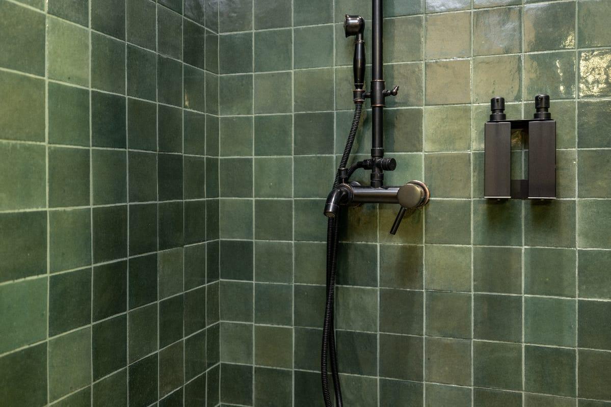 Dusche mit Fliesen