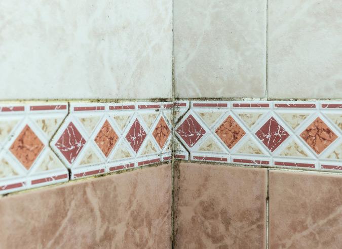 Fliesen oder großflächige Rückwände im Badezimmer