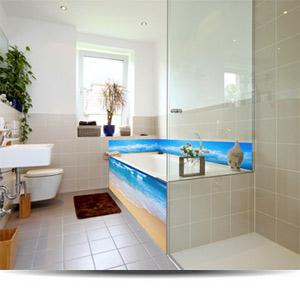 Individuelle gestaltete Badewannenrückwand