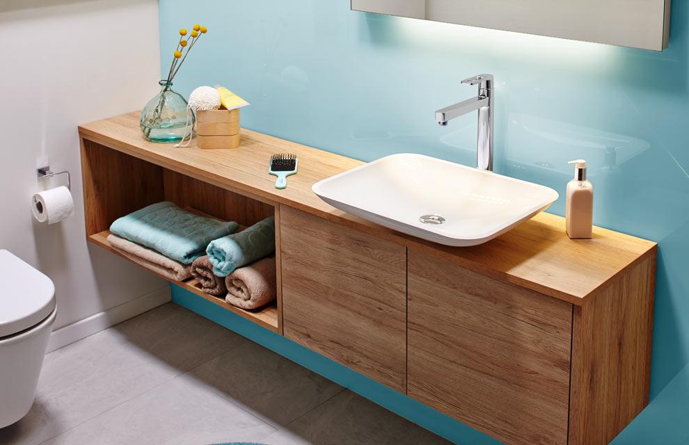 Einfarbige Waschbeckenrückwand